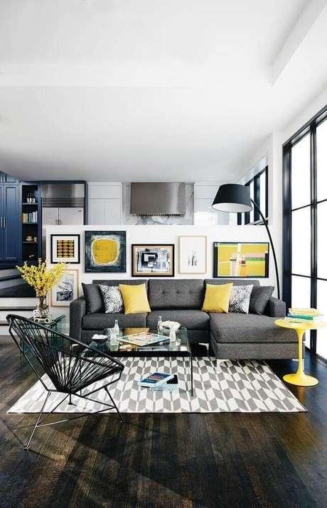 10. Decoração moderna de sala com sofá cinza e almofadas amarelas