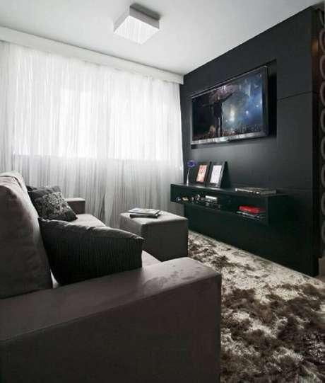 31. Sala cinza e preta pequena com tapete felpudo