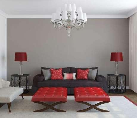 14. Sala com sofá cinza e toque de vermelho na decoração
