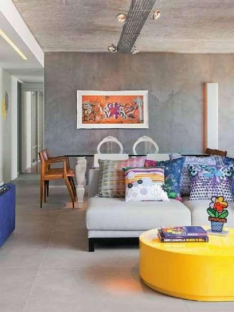 4. Sala com parede cinza e trilho de iluminação no estilo industrial