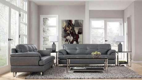 5. Decoração clássica de sala com sofá cinza de couro