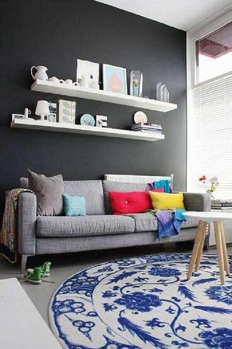 15. Decoração de sala com sofá cinza e tapete azul