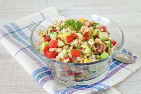 Salada de cevada com tomate, pepino, pimentão e salsinha