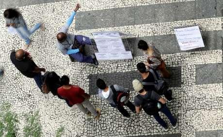 Pessoas observam lista de vagas de trabalho em São Paulo 09/01/2018 REUTERS/Paulo Whitaker