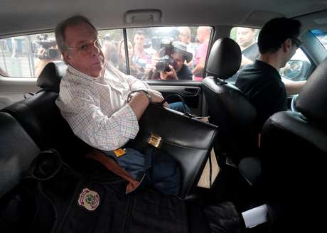 Antonio Celso Grecco, dono da Rodrimar, companhia que opera alguns serviços no porto de Santos, é escoltado por um agente da Polícia Federal na sede da PF em São Paulo, no Brasil 29/03/2018 REUTERS/Leonardo Benassatto