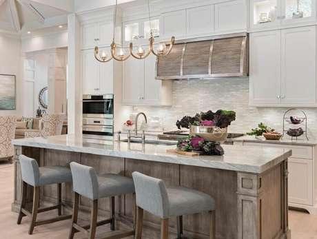 32. Em casa de rico sempre tem uma cozinha com ilha