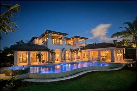 23. Casa de rico com piscina e jardim