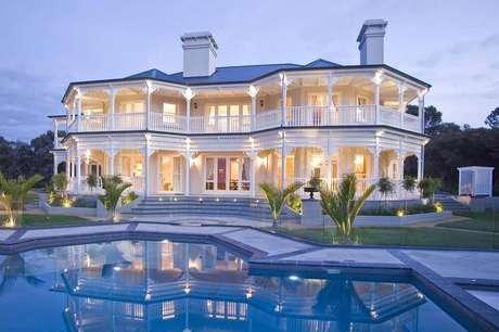 24. Casas de luxo com grande varanda na fachada