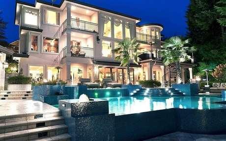 27. Casas de luxo com piscina iluminada