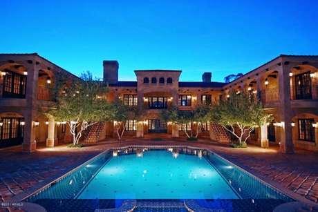 1. Linda mansão de luxo com piscina na entrada