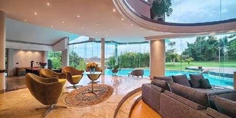 35. Casas luxuosas sempre possuem vistas lindas por todos os lados