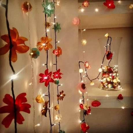 7. Cortina de pisca-pisca com flores na ponta