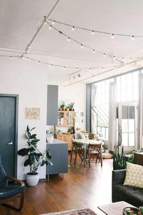 9. Decoração com pisca-pisca no teto em casa estilo industrial