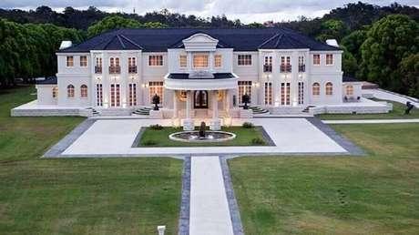 28. Fachada de casas luxuosas com grande jardim