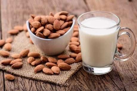 Diferentes tipos de leite vegetal: leite de amêndoas