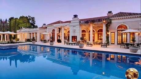 19. Linda mansão de luxo com piscina e fachada toda branca