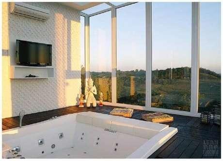 15. Toda casa de rico que se preze tem uma confortável banheira com uma vista incrível