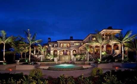 30. Mansão de luxo com lindo jardim tropical