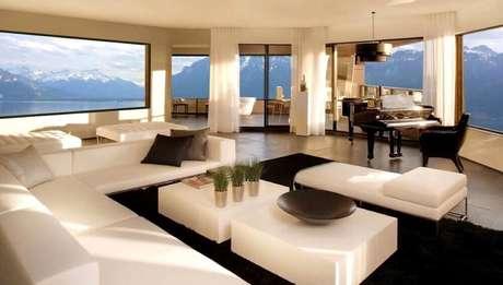 36. Mansão de luxo com sala decorada e vista incrível