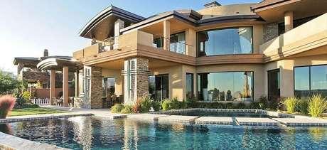 20. Fachada de mansão de luxo com mix de materiais
