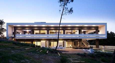 9. Frente de casa de rico com arquitetura moderna