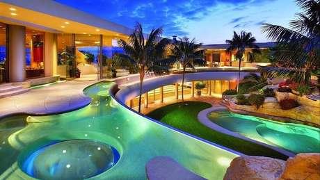 2. Casa de rico sempre tem piscinas suntuosas