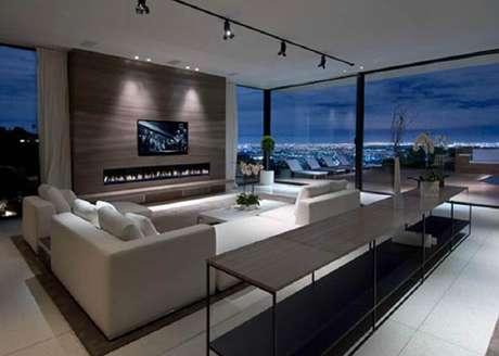 39. Sala com decoração moderna e grandes janelas para casas de luxo