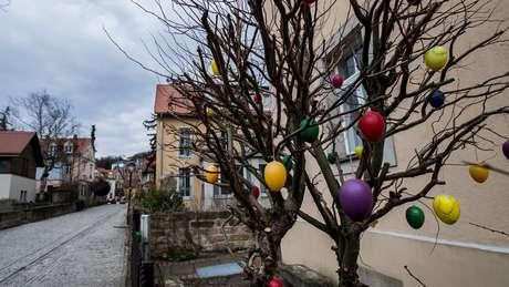 Na Alemanha, os ovos são pendurados nos galhos das árvores, como se fossem bolas de Natal