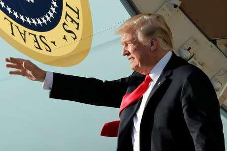 Presidente Donald Trump desembarca no Aeroporto Internacional de Palm Beach para a Páscoa. 29/03/2018.  REUTERS/Yuri Gripas