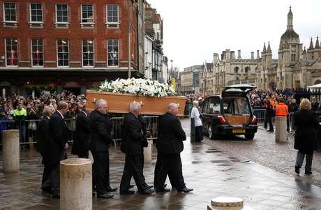 Centenas de pessoas no último adeus ao físico britânico
