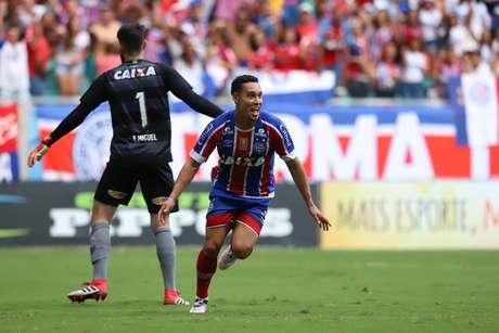 Atleta do Bahia comemora gol sobre o Vitória no primeiro jogo das finais do Baiano