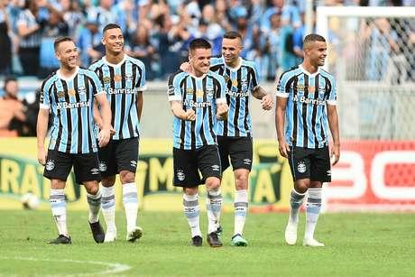 Jogadores do Grêmio, comemoram gol de Ramiro durante a partida entre Grêmio X Brasil de Pelotas, realizada na tarde deste domingo na Arena do Grêmio