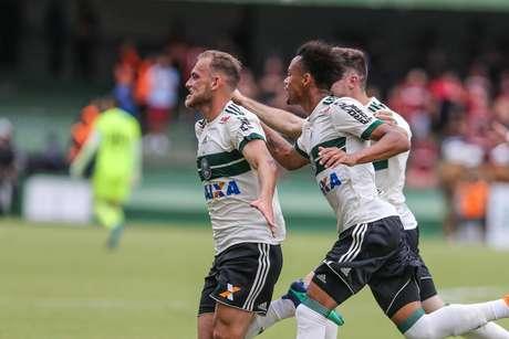 Julio Rusch do Coritiba comemora seu gol durante primeira partida das finais do Campeonato Paranaense 2018 no Estadio Couto Pereira
