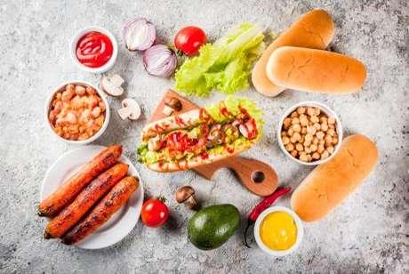 Ingredientes para preparar um cachorro-quente vegetariano de cenoura diferente