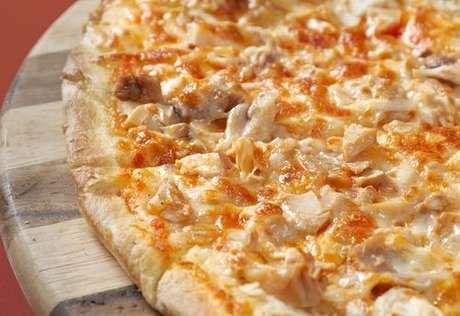 Pizza de frango com requeijão tipo catupiri