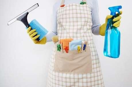 2. Estar equipada com os produtos certos é meio caminho andado para saber como limpar vidros