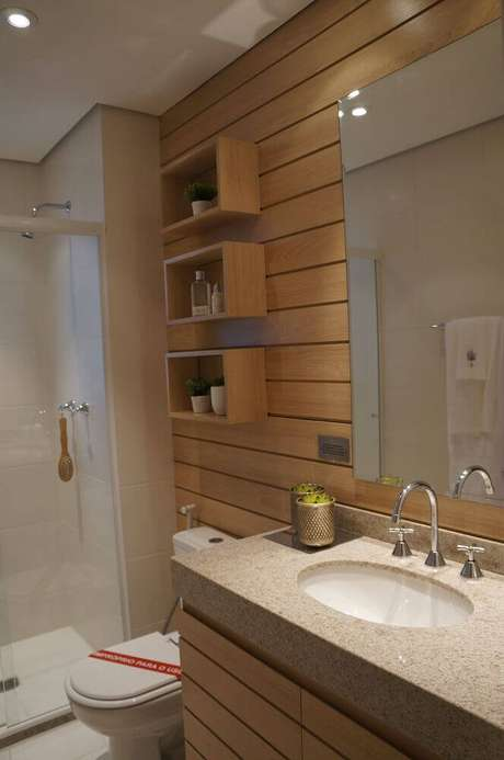 4. O banheiro com nicho de madeira fica super charmoso