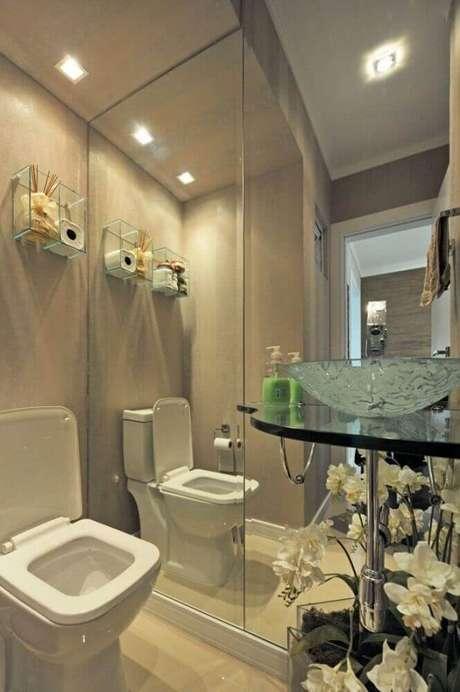 5. Delicada decoração com nicho de vidro para banheiro