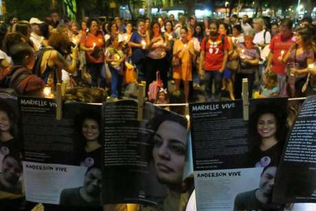 O ato Luzes para Marielle e Anderson reúne manifestantes no Largo do Machado. O público compareceu segurando velas e lanternas