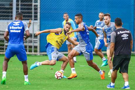 Jogadores participam de treino do Grêmio nesta terça-feira.