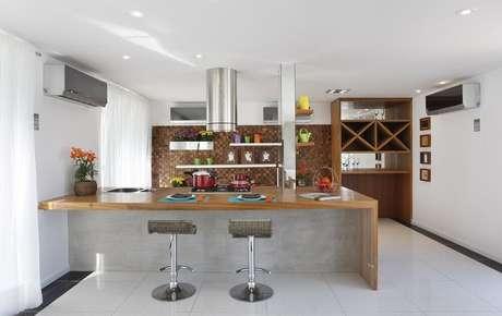 25. Decoração de cozinha americana com coifa cilíndrica
