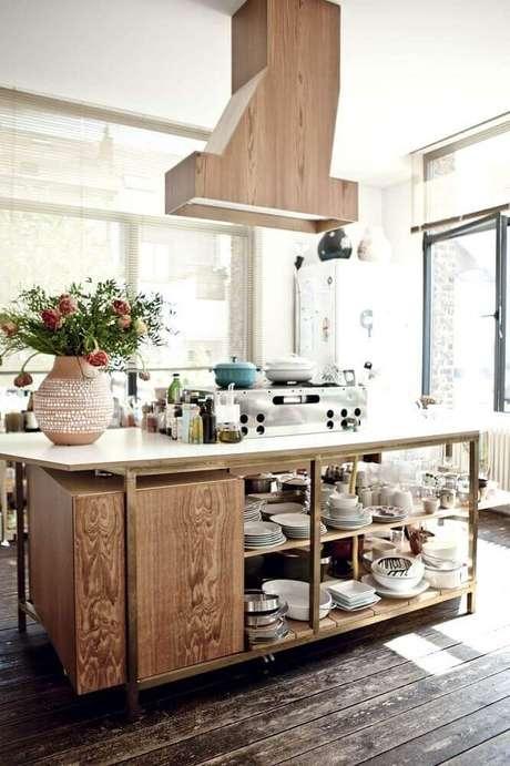21. Decoração estilo rústico em cozinha com coira de ilha revestida de madeira