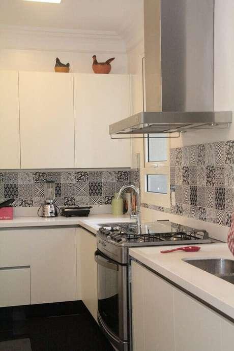 35. Decoração de cozinha com coifa de parede de alumínio
