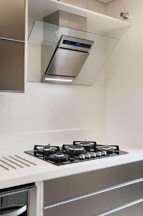 20. Cozinha com coifa de vidro na parede super moderna