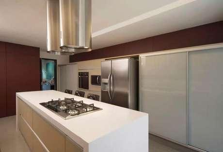 44. Cozinha com coifas de ilha em formato cilíndrico