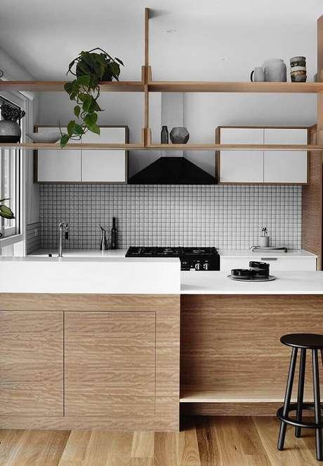 48. Cozinha minimalista com coifa de parede na cor preta