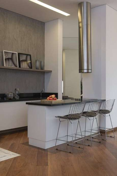 14. Cozinha planejada com coifa cilíndrica e moderna