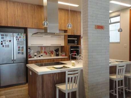 29. Decoração de cozinha planejada com coifa de ilha em alumínio