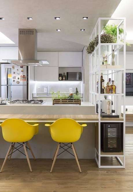 19. Cozinha com coifa de vidro sobre a ilha trazendo um toque leve ao ambiente