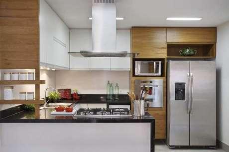 18. Muita modernidade em cozinha com coifa de vidro e inox